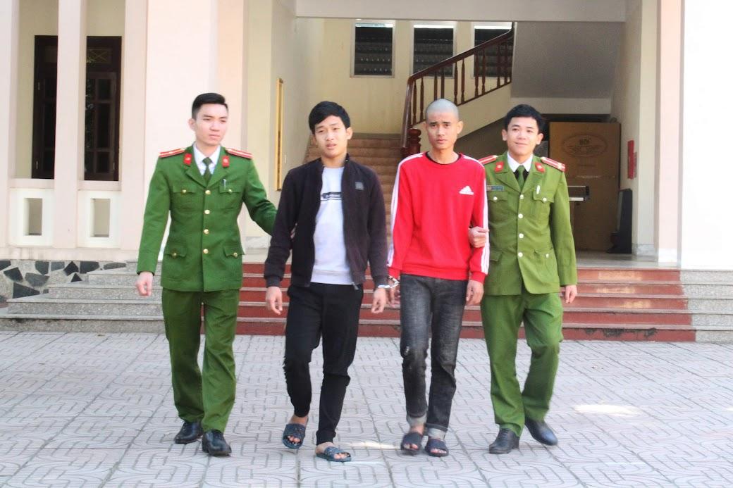 Cán bộ Công an huyện Con Cuông dẫn giải đối tượng trong 1 vụ án