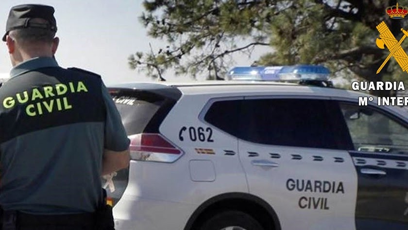 Los agentes trasladan a un joven en su vehículo hasta el Hospital de Poniente.