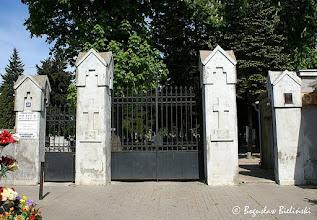 Photo: Łódzki Cmentarz Rzymskokatolicki p.w. św. Franciszka, został założony w 1888 roku, jako drugi cmentarz na Chojnach. Pierwszy, istniejący przy kościele p.w. św. Wojciecha, został zamknięty tego samego roku z powodu braku miejsca i ukazu carskiego, który nakazywał lokalizację nowych cmentarzy poza miastem i zamknięcie starych. Założony jest na planie wydłużonego prostokąta, ograniczonego od północy ul. Komorniki od południa ul. Chóralną, od wschodu ul. Kominową i od zachodu ul. Rzgowską przy której znajduje się jedyna brama wejściowa opatrzona numerem 156/158.