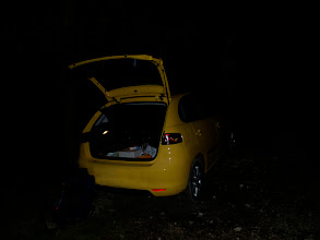 Photo: Tega leta sem si že (spet) zaželel, da bi se na Triglav odpravil ponoči. Kakšno leto se zgodi, da te moje (tradicionalne) poti ne opravim pa mi potem kar nekaj manjka. Kdor ni okusil te vrste užitka, res ne more vedeti, kaj zamuja. Ja, se razume, tudi obilico adrenalina, ko se ponoči sprehajaš čez Pokljuški gozd pa samo čakaš, izza katerega drevesa bo nate planil medved. Medvedje pa so tam, o tem ni dvoma. No, kljub temu sem se odločil in 10.8.2010 ob 20:47 START. Malo nad vojašnico na Pokljuki, torej na višini cca 1460m. Planiral sem, da bom skozi gozd hodil uro, do ure in pol. Strah pa naredi svoje :)))))) in na sedelcu Pri Jezercih sem bil vsaj 1x hitreje. Nasploh sem presegel samega sebe, saj sem imel občutek, da sem bolj na slabem s kondicijo pa ko sem pogledal na uro pri Vodnikovem domu in je kazala 22:44, sem ugotovil, da s slabo kondicijo pa ne bi mogel markacijskega časa preseči za celo debelo uro. Strah pred medvedi je tudi napravil svoje, saj sem skozi gozd šel, kot bi imel vsaj enega medveda za petami:)))