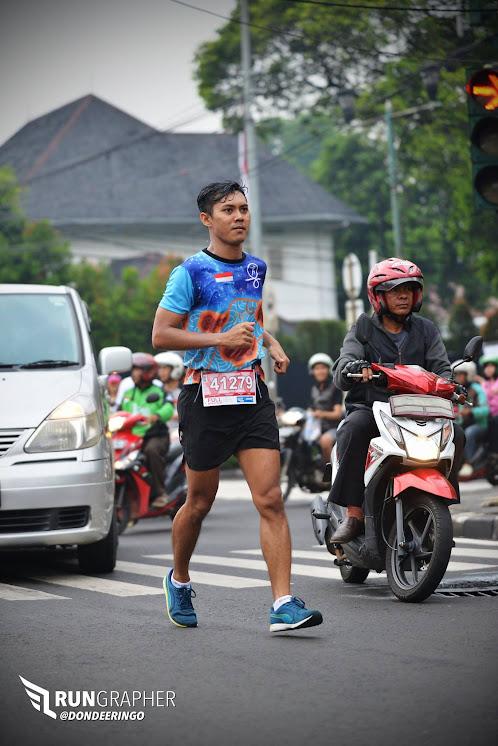 Berlari di tengah lalu lintas Jakarta yang ramai. Photo oleh RunGraphers