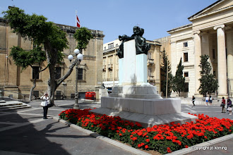 Photo: Valletta. Great Siege Square. Court House.  http://www.loki-travels.eu/
