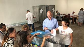 Gabriel Amat (PP) vota acompañado de una de sus nietas.