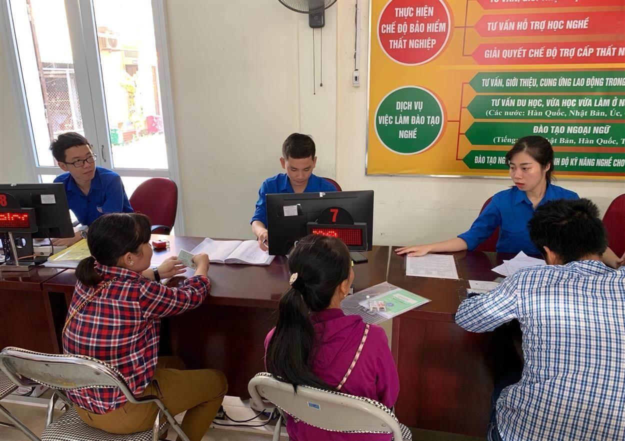 Đoàn Thanh niên Trung tâm Dịch vụ việc làm Nghệ An tư vấn giới thiệu việc làm, hướng dẫn các thủ tục liên quan đến trợ cấp thất nghiệp cho người lao động