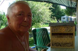 Photo: und oma helga hat ein insektenhotel bekommen, das der hermann ihr gebastelt hat