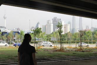 Photo: Poros valandų ėjimas pro Kuala Lumpūro rajonus centro link. Net ir painiausiuose kampeliuose turėjome savo švyturius - centro dangoraižius.  A few hour walk through Kuala Lumpur suburbs towards the centre. Even in the trickiest corners we had our guides - city center skyscrapers.