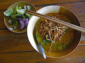 Photo: northern-style curry noodles with accompaniments (kao soi)