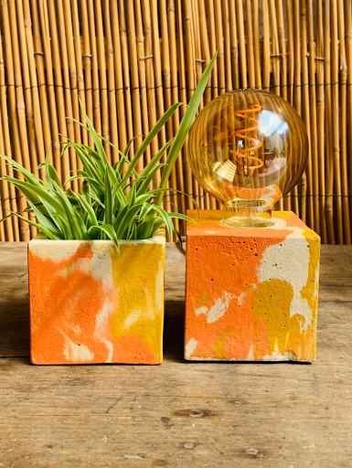 lampe en béton marbré forme cube