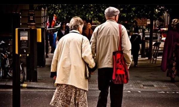 Nếu sang đường hãy nắm tay cô ấy và để cô ấy đi đường sau