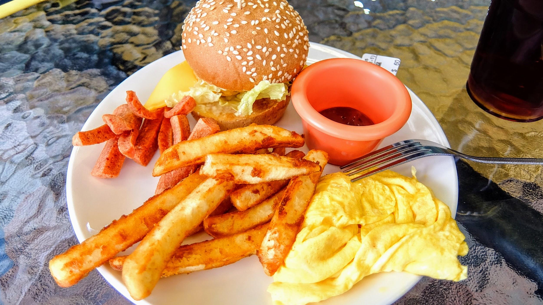 小漢堡拼盤,很簡單的一份餐點,現點現做! 有個小漢堡/薯條/煎蛋/火腿..薯條現炸,嫩煎蛋中間是半熟的,火腿炸過,小漢堡真的頗小顆XDD