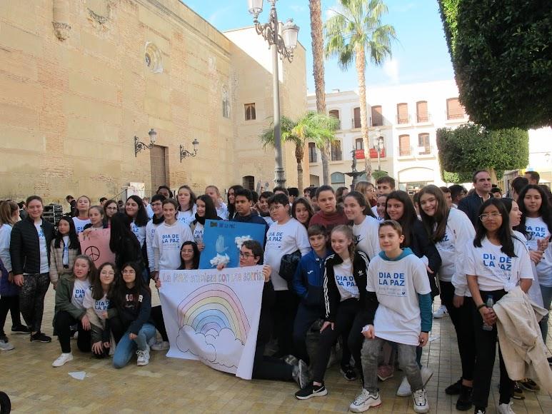 El acto ha contado con alumnos de sexto de primaria de los colegios de la localidad y con estudiantes de primero de la ESO de los IES Alyanub y El Palmeral.