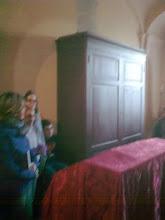 Photo: L'armadio che nasconde ancora la porta della vecchia sacrestia, ove alcuni uomini avevano potuto nascondersi salvandosi dalla furia delle SS tedesche