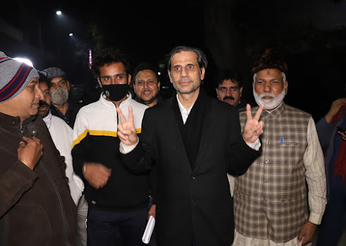 Mehmood Pracha, an advocate representing several victims of the violence that swept northeast Delhi in February 2020, spoke to media personnel outside his office around 3 am on 25 December, following a raid by the Delhi Police Special Cell.. Shahid Tantray for The Caravan