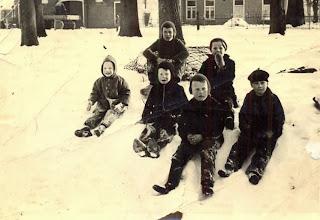 Photo: Sneeuw  v.l.n.r. Achteraan Geert Hilbrands en Hennie Lanjouw Vooraan: Hendrik Schuiling Bzn., Jan Kamping, Jan Hilbrands en Bé Hadderingh