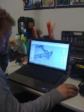 Photo: We zijn begonnen om onze mini geheel in de computer te zetten. Berrie is zoals je ziet hier heel erg handig mee geworden.
