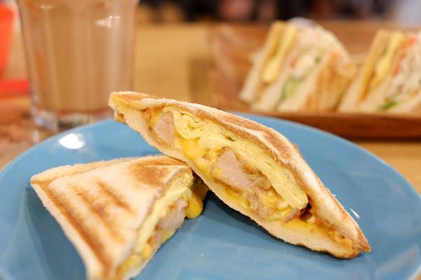 【新莊】:好食在早午餐 ♥ 熱押吐司夾藏香濃乳酪,燙口還會小牽絲,窄巷內的人氣店,好吃推薦!
