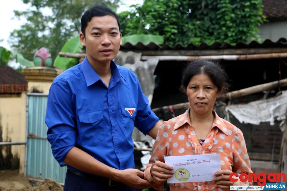 Nguyễn Tất Hùng trao quà cho người nghèo trên địa bàn