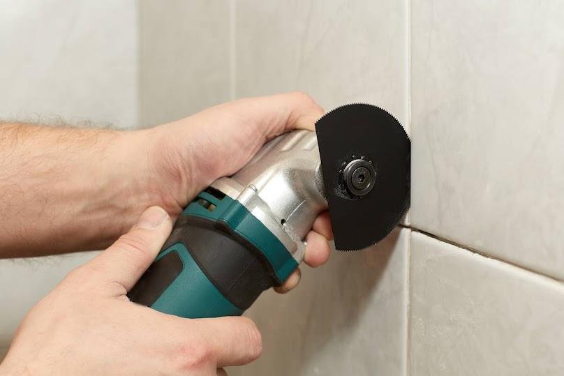 Mechaniczne usuwanie starych fug w łazience