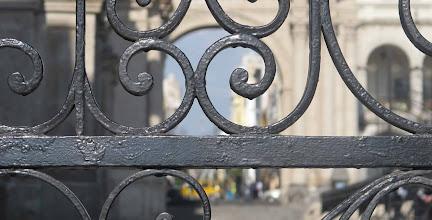 Photo: Detalle de reja de la Catedral que da a la esquina de las calles San Agustin y Santa Catalina