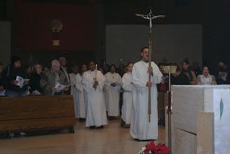 Photo: La Procesion de Entrada con todos los Servidores de los diferentes Ministerios y el Celebrante el P. Elías Isla, Párroco