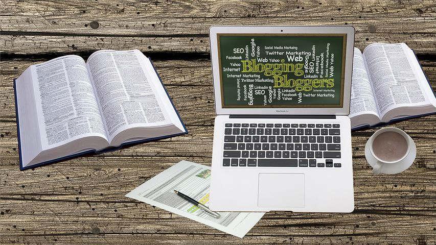 image livres et ordinateur portable