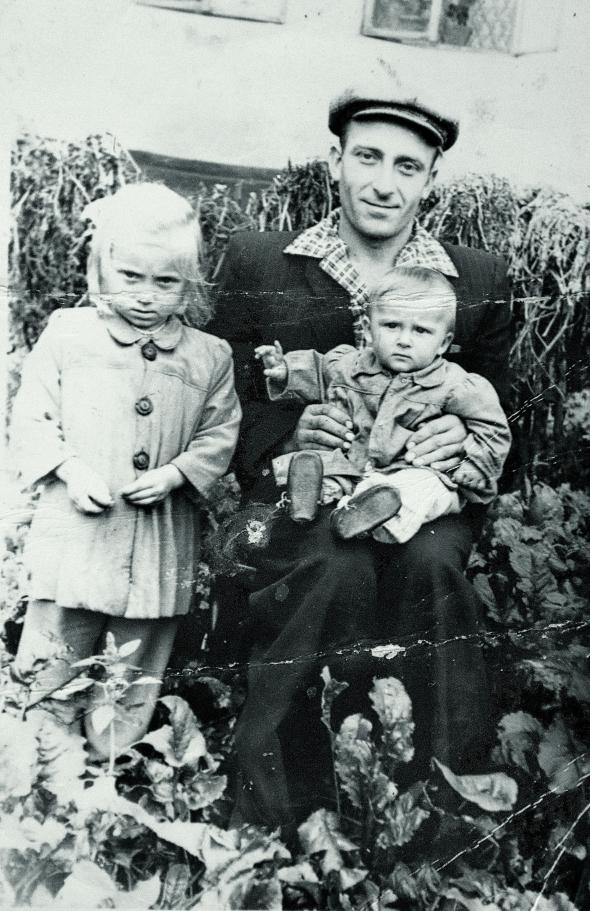 Мирон Амброзевич із доньками біля будинку в рідному селі Подусільна на Львівщині, 1962 рік. Ліворуч – Мирослава, тримає Катерину