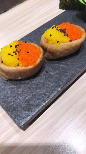 蝦卵豆皮(如圖) 口感有蝦卵的顆粒感~好吃  其餘的綜合生魚片/軍艦壽司/鮭魚起司卷普通,份量太少。生魚片也很小氣。
