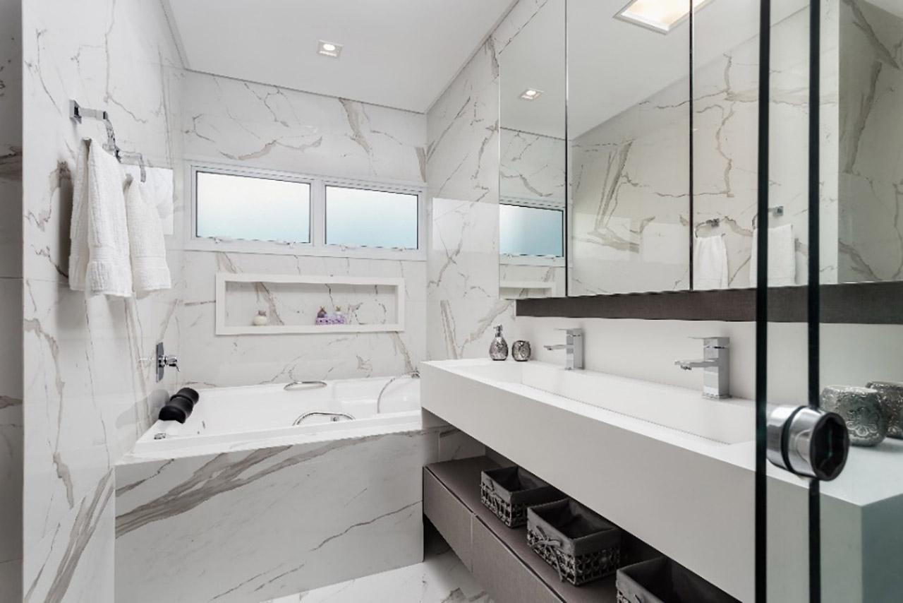 Bancada de porcelanato no banheiro