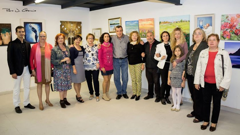 Miembros de la Asociación Artistas Plásticos de Almería Indalo en una exposición.