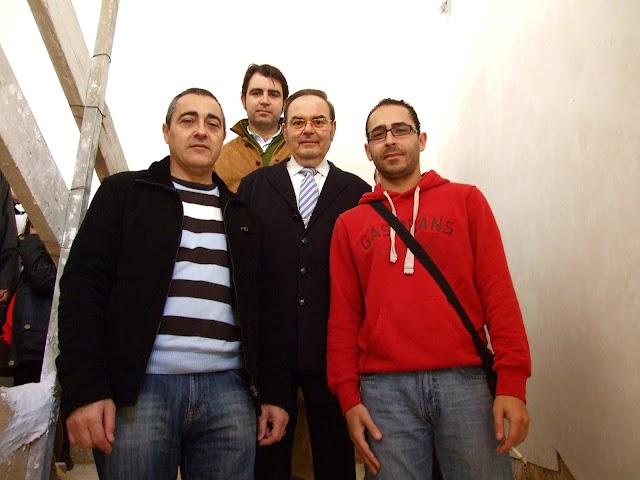 Comprobando las obras de restauración del palacio de los Puche, junto a su hijo y sus amigos Blas y Javier.