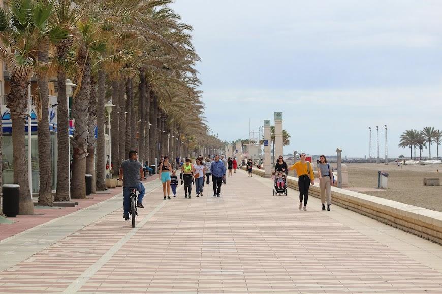 Almerienses disfrutando de la jornada matinal del sábado en el Paseo Marítimo.