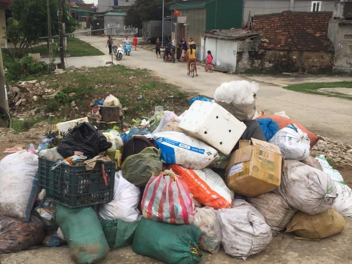 Rác tập kết bốc mùi hôi thối tại khu vực bara Nghi Quang, huyện Nghi Lộc