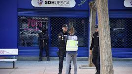 La policía en la sede del Huesca.