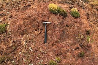 Photo: A Boda község ÉK-i részén található alapszelvény a Bodai Agyagkő Formáció (BAF) felszínre bukkanó, tektonizált és mállott rétegeit tárja fel (perm kor)