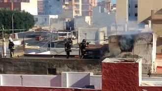 Los bomberos, trabajando para sofocar el incendio.