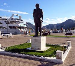 """Photo: Ari Onasis kijkt naar """"zijn"""" eiland Scorpios"""