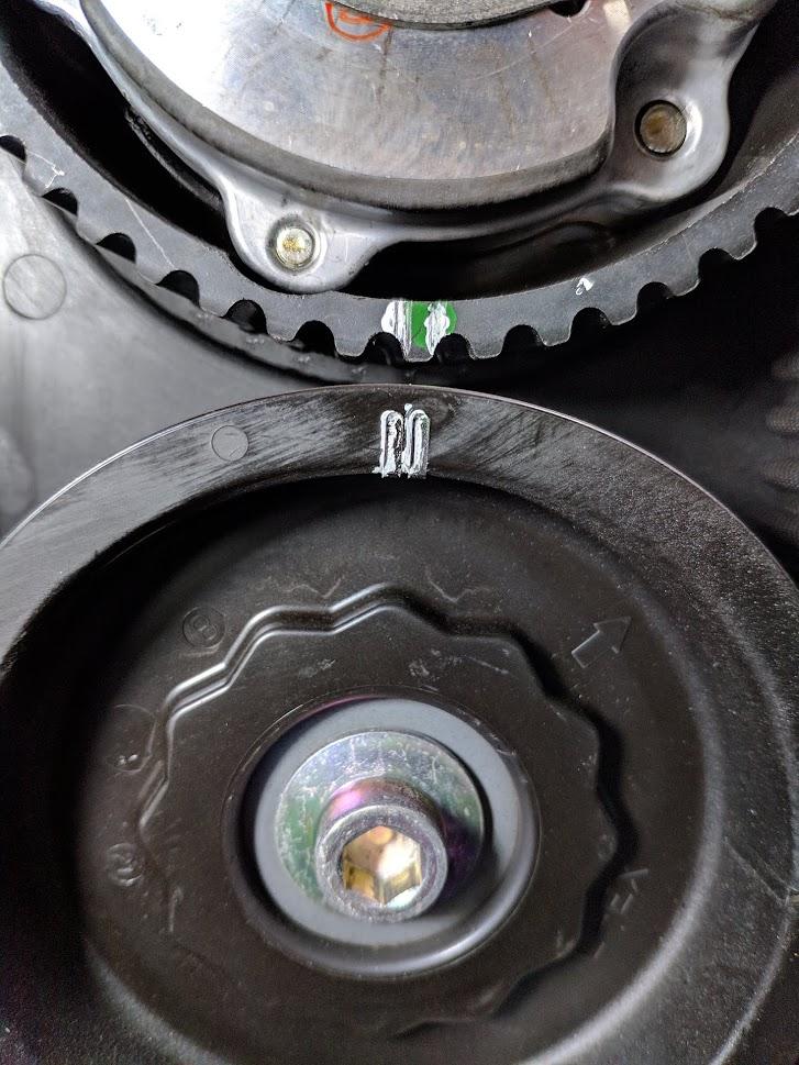 El puntero del pin de levas (lado del piloto) exactamente las 6, est a tiempo (en fase) con el pin inferior a las 12