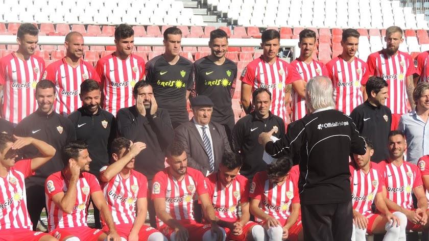El presidente del Almería con la plantilla en la foto oficial.