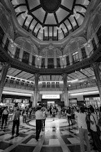 Photo: Everyone looking up in the newly renovated Tokyo Station