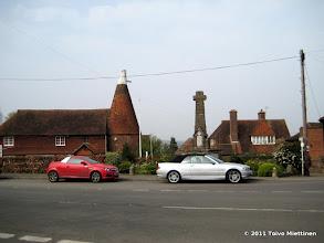 Photo: Biddendenin kylän keskustaa. Taustalla vasemmalla perinteinen oast.