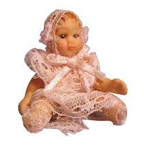 Baby i rosa klänning