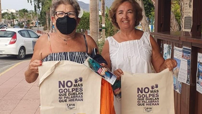 Vecinas con las bolsas de tela repartidas por el Ayuntamiento.