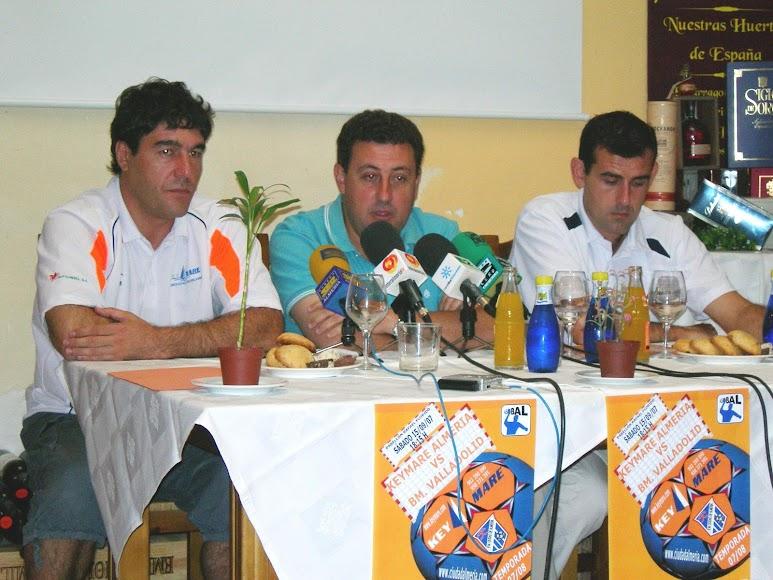En rueda de prensa con el presidente Antonio Miras.