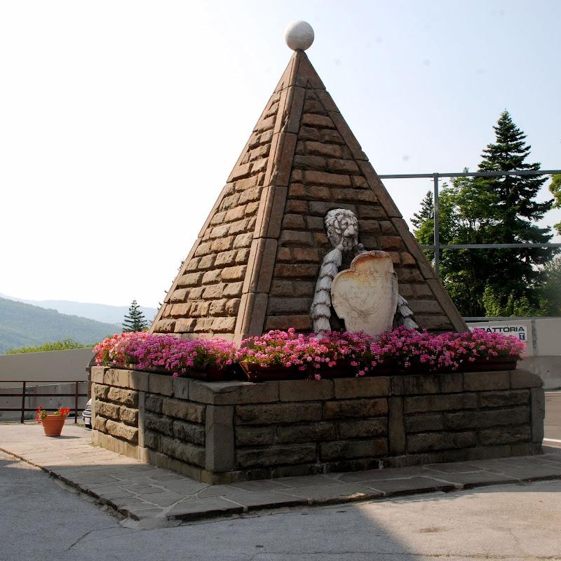 Piramide in paese di MORENO ANTOGNOLI