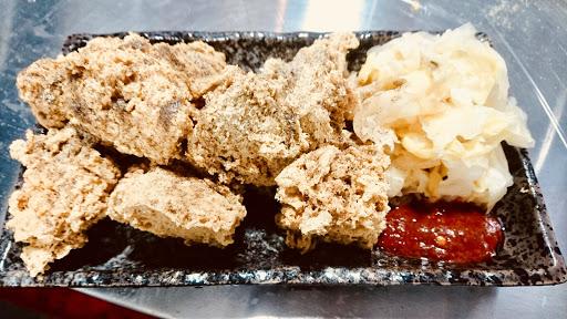 他們的臭豆腐跟傳統的不一樣呢 外表是三角型的吃起來特別酥 連胡椒鹽的味道都跟別人不一樣