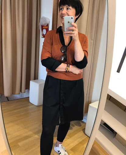 Frau macht Selfie in Spiegel