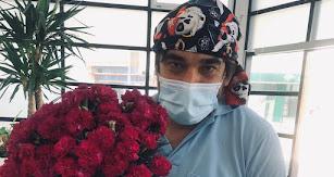 Javier Sandoval Codoni, con flores como las que han adornado la residencia de mayores de Roquetas.