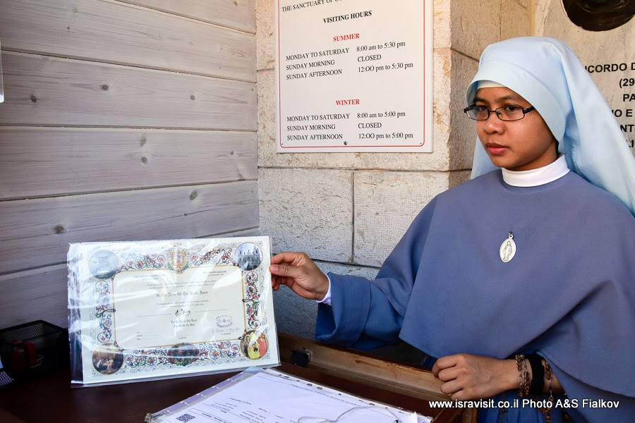 Монашка в церкви Венчания в Кане Галилейской.