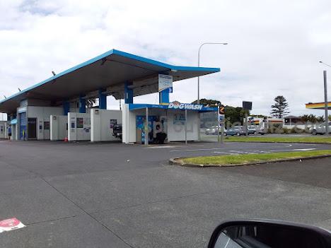 ガソリンスタンドに併設されているのは…?