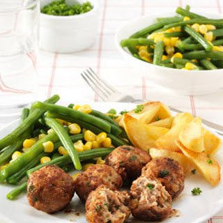 Kipballetjes Met Sperziebonen, Maïs En Gebakken Aardappels